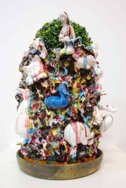 Het meisje en alle dieren 2018 – Erthenware, glaze and plastic