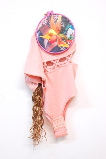 Nachtvlinders 4 2020 – textile, hair, collage, acrylic (painting), plastic hoop – 44×23 cm